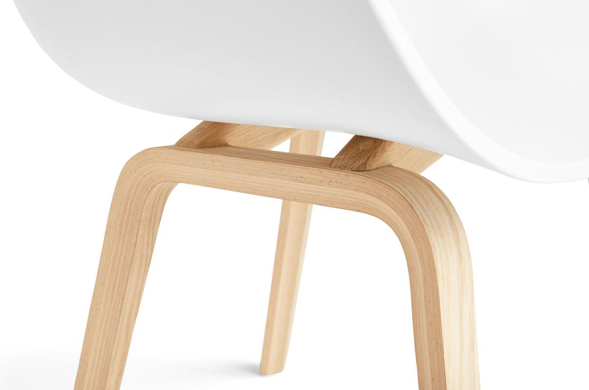 HAY AC22 poltroncina gambe legno dettaglio